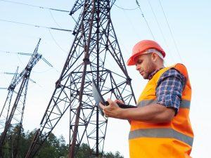 sieć energetyczna i pracownik elektrowni